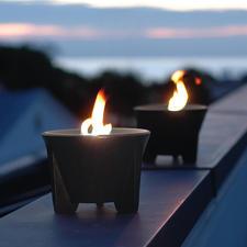 Door ertsrijk lavazand krijgt de CeraLava®-keramiek zijn begeerde donkere kleur.
