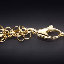 Meer dan 550 zachte gouden vlijen zich voorzichtig rond de hals. Het karabijnslotje is gemakkelijk en toch veilig te sluiten.
