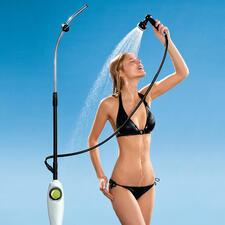 De douchehouder is traploos in de hoogte verstelbaar van 1,40 tot 2,10 m en heeft een afneembare douchekop.