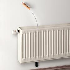 Zo werkt het: eenvoudig de radiatorborstel van boven door het afdekrooster in de smalle coulissen van de radiator steken.