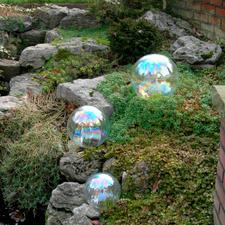 Als een echte zeepbel reflecteert deze bol het invallende licht.