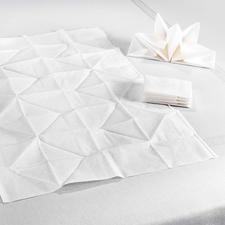 In plaats van de gebruikelijke 33 x 33 cm hebben deze origami-servetten een ruim formaat van 60 x 40 cm.