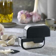Microplane® knoflooksnijder - Veilig, comfortabel en snel. En uw handen gaan niet ruiken naar knoflook.