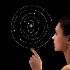 Mobile atoommodel van Niels Bohr - Icoon van de natuurkunde: het atoommodel van Bohr als artistieke designermobile. Elk exemplaar is uniek.