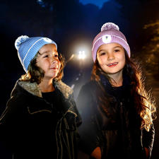 Twinkle Kid® reflecterende muts - Optimale zichtbaarheid in het donker – door lichtgevende reflectorvezels in pompon en omslag.