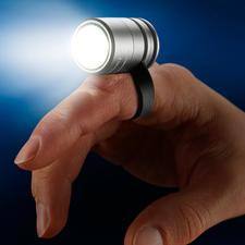 Schuif hem met de lus aan uw vinger om het deel te verlichten dat nodig is bij het werken en het lezen.