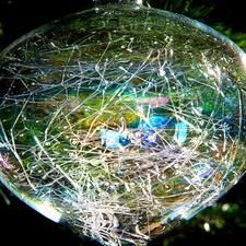 Het ragfijne web in het glas valt steeds weer anders uit, waardoor elk object uniek is.