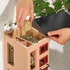 Haal het dak eraf om de voedselkamers gemakkelijk te kunnen vullen.