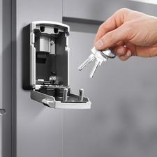 Plek voor meerdere sleutels en/of toegangspasjes.