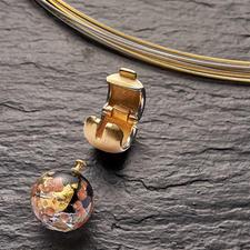 Met behulp van de clipsluiting kunt u het kraaltje van muranoglas snel en eenvoudig verwisselen.