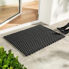 De gevlochtene mat in maat 72x 52 cm en in zwart/grijs is de perfecte deurmat.