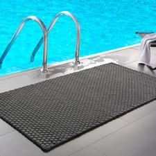 Gevlochten mat in maat 132 x 72cm en in grijs, ideaal bij het zwembad of de sauna thuis.
