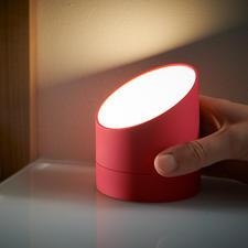 Gewoon op zijn kop zetten en de wekker verandert in een handige, dimbare lamp.
