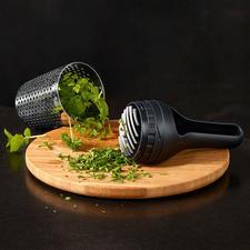 Geïntegreerd kruidenmes voor het optimaal fijnhakken van de kruiden.