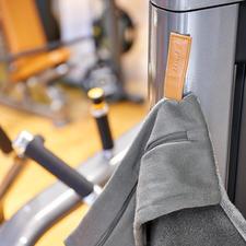 De magneetclip voorkomt dat de handdoek van het fitnessapparaat glijdt.