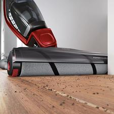 De 22,7cm brede, zachte borstelrol is veilig voor uw harde vloer en poetst de vloer zelfs licht tijdens het stofzuigen.