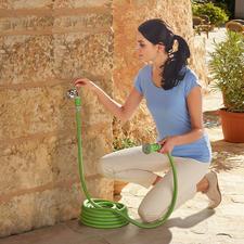 De flexibele slang heeft wanneer u hem niet gebruikt een ruimtebesparende afmeting van slechts 10m– pas bij waterdruk wordt hij langer: tot wel 3keer zijn oorspronkelijke lengte.