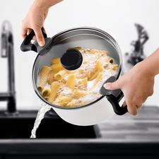 Dankzij de geïntegreerde zeefopeningen in de rand van de deksel kunt u het kookwater heel eenvoudig en netjes afgieten.