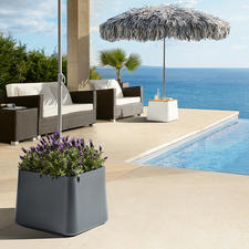 De stevige parasolstandaard is te gebruiken als decoratieve plantenbak of optioneel als bijzettafel.