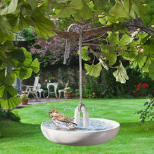 Hangend vogelbadje - Fijne, witte badkamerkeramiek voor uw gevederde vrienden. Chic design van Eva Solo, Denemarken.