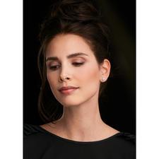 Afhankelijk van de garderobe en de gelegenheid kun je zelf kiezen of je de parel of de glamoureuze rozet aan de voorkant wilt dragen.