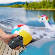 2-in-1-accu-luchtpomp - Voor het oppompen van een luchtbed, opblaasboot en speeldier, het aanwakkeren van een barbecue en haard, en het ontluchten van vacuüm-kledingzakken.