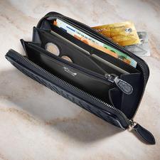 Gemaakt van het zelfde materiaal als de tas, de bijpassende portefeuille biedt acht insteekvakjes voor creditcards en veel ruimte in vijf afzonderlijke compartimenten (waarvan één met rits).