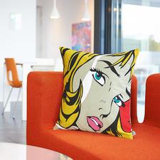 Popart-kussenovertrek 'Fame' - Door de nauwkeurige eendradige kettingsteektechniek ontstaat het felgekleurde iconische dessin.