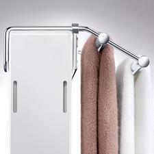 Met de traploos verschuifbare beugel past u het rekje exact aan de diepte van de radiator aan.