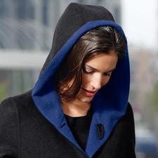 Klassiek in zwart, modieus in koningsblauw: de twee kanten creëren aantrekkelijke visuele contrasten. En laat een groot aantal combinaties toe met je bestaande garderobe.
