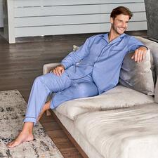 Ambassador gentleman-pyjama - Een must-have in elke goed verzorgde garderobe – gevonden bij Ambassador since 1867, Kopenhagen.