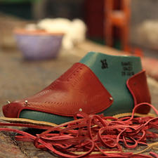 Transparantie is bij Cano erg belangrijk. Daarom is elke Huarache voorzien van een chip, die u met de gratis app van de onderneming kunt scannen– om meer te leren over de eerlijke en duurzame manier van produceren. En om de persoon te leren kennen die deze schoenen heeft gevlochten.