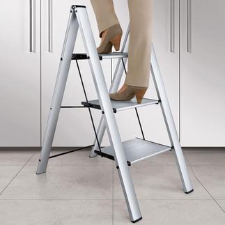 Italiaanse aluminium ladder Veiliger (en mooier): met extra diepe treden. En toch zeer plat inklapbaar tot 4 cm.
