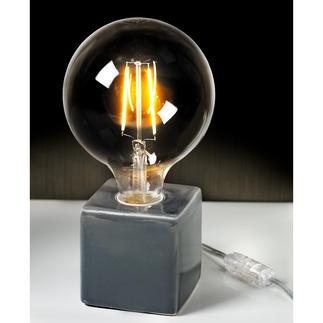 Villeroy & Boch tafellamp, tingrijs Drie trends in één: XXL-gloeilamp in retro-stijl, metallickleuren en een geometrische vorm.