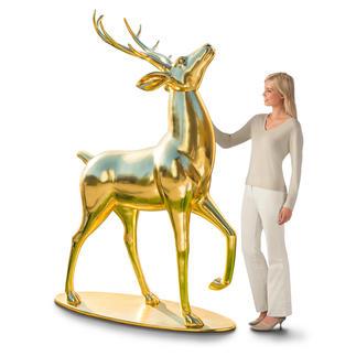 Goudglanzend hert Met omhoog geheven kop en een trotse houding trekt dit indrukwekkende hert alle aandacht.