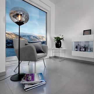 Lamp Drop Eén lamp, drie trends: mid century-stijl, getint glas en een grote bolvormige lampenkap.