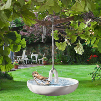 Hangend vogelbadje Fijne, witte badkamerkeramiek voor uw gevederde vrienden. Chic design van Eva Solo, Denemarken.