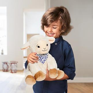 Knuffelkoe of  knuffelschaap met dennengeur Met een fijne dennengeur waardoor uw kind heerlijk kan ontspannen – net als in de frisse Tiroolse berglucht.