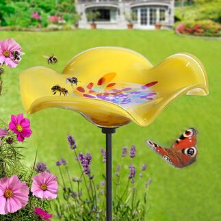 Drinkplaats voor insecten op metalen pen Deze prachtige glazen bloem is een verfrissende ontmoetingsplek voor bijen, hommels, vlinders, vogeltjes en meer.