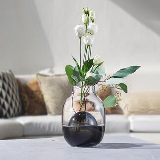 2-in-1-vaas Tijdloos modern, tweekleurig glasdesign. Kunstig met de hand geblazen – elke vaas is uniek.