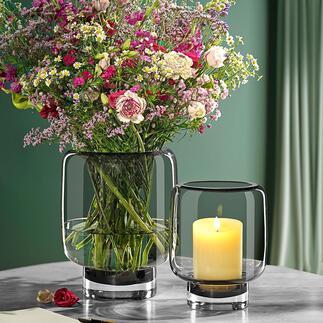 Glazen windlicht 2-in-1 Nu eens een windlicht, dan weer een vaas. Moderne uitvoering van met de mond geblazen rookglas. Elk glas is uniek.