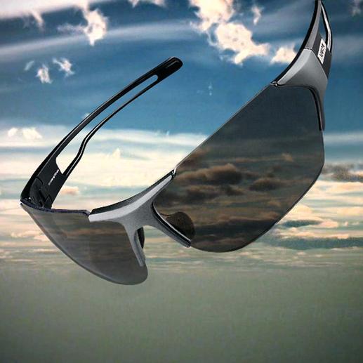 De in de glazen verwerkte fotochromatische structuur past zich automatisch aan: 17 % licht wordt doorgelaten bij veel licht …