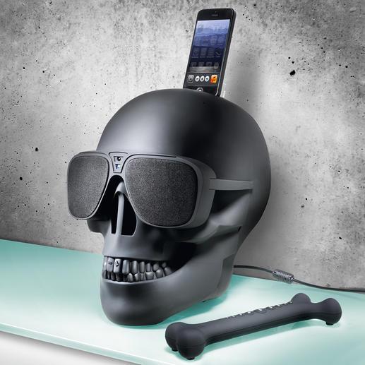 Passend bij het doodshoofd: de bijgeleverde afstandsbediening in cool bone design.