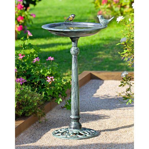 Victoriaans vogelbad Met patina, naar historisch voorbeeld. In de traditie van de Engelse tuinen.