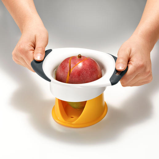 Voor het ontpitten gebruikt u eenvoudig het gebogen mes en drukt u de grepen naar beneden.