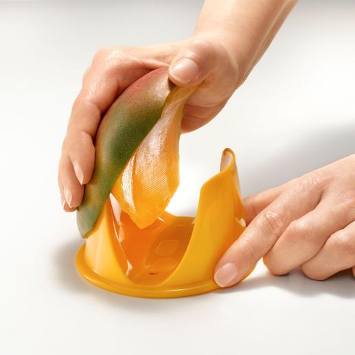 Voor het schillen beweegt u de mangohelften eenvoudig langs de rand van de houder.