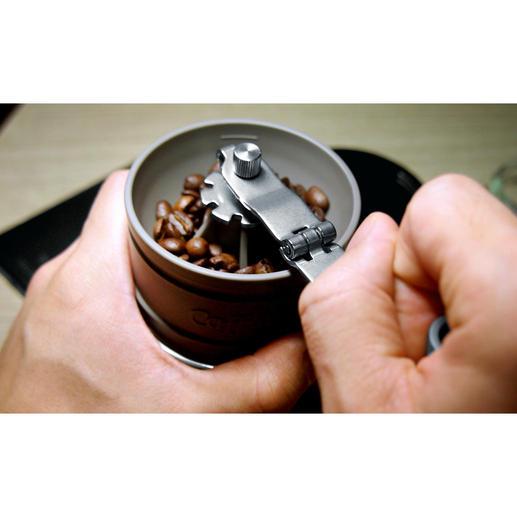 De gemalen koffie valt automatisch in de permanente filter van edelstaal.