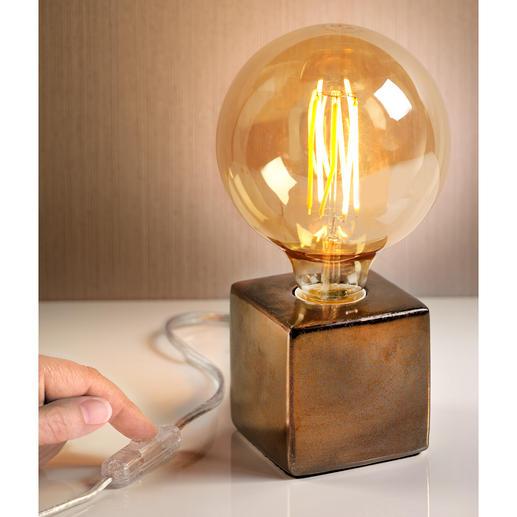 Villeroy & Boch tafellamp Drie trends in één: XXL-gloeilamp in retro-stijl, metallickleuren en een geometrische vorm.