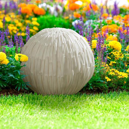 In veel culturen in Azië wordt de chrysant vereerd. In China bijv. geldt de chrysant als symbool voor een lang leven, bescheidenheid en het behoud vn schoonheid. In Japan is de chrysant zelfs het nationale symbool: de gele bloem staat voor zon en licht.