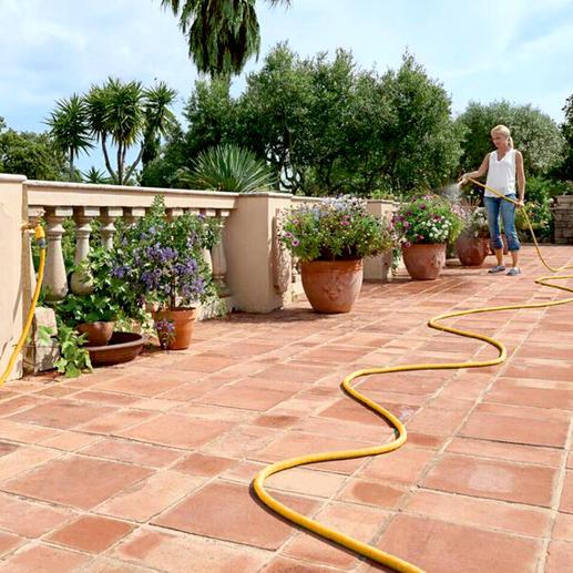 … de 10meter lange flex-slang neemt in lengte toe onder druk van watertoevoer.